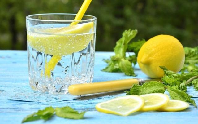 Вода с лимоном через трубочку