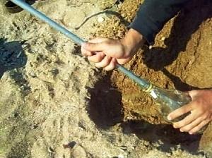 Подключение трубки от выпаривателя к бутылке для сбора воды